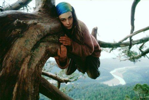 hippie-girl-hugging-a-tree